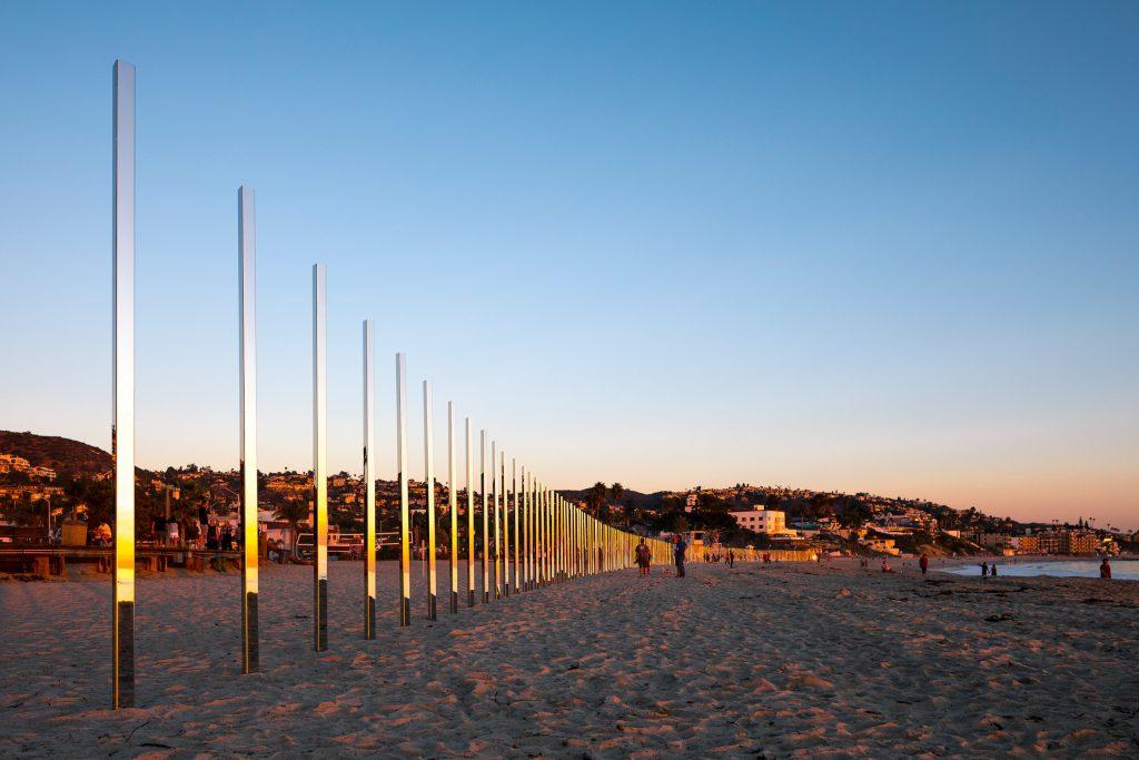 01-colunas-espelhadas-refletem-a-paisagem-da-praia-em-laguna-beach