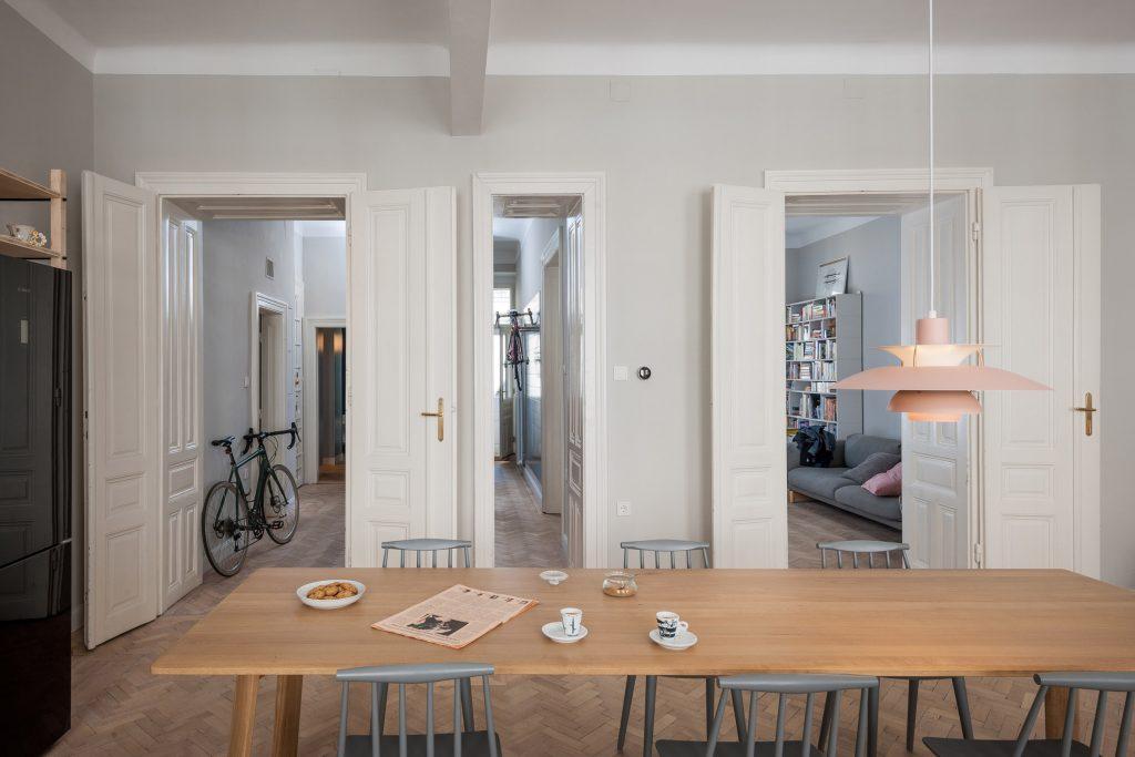 01-cozinha-e-home-office-dividem-o-mesmo-espaco-em-ape-na-austria