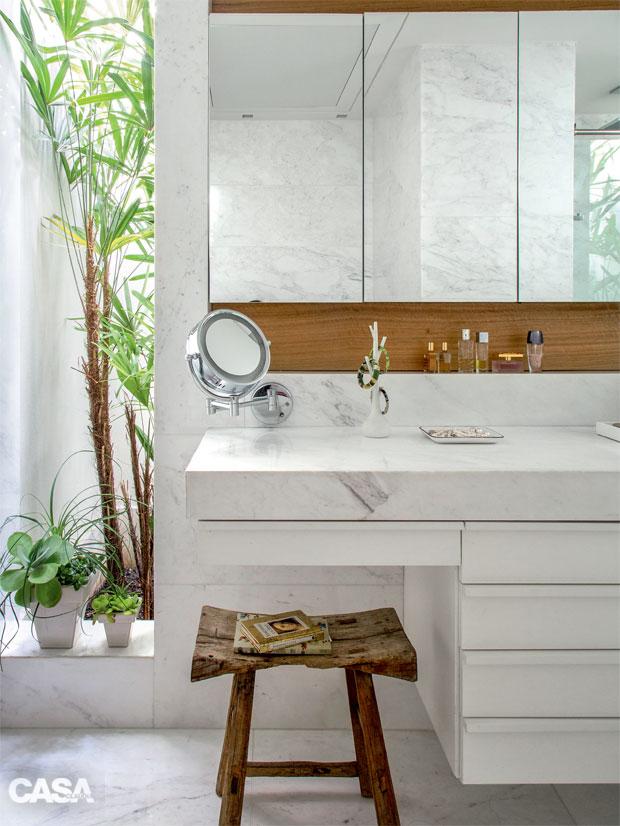 01-este-banheiro-com-acabamento-em-marmore-tem-vista-para-o-jardim