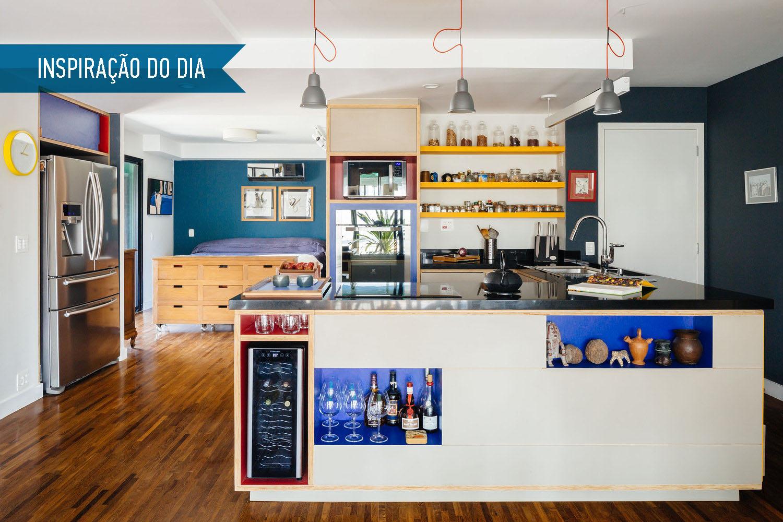 01-inspiracao-do-dia-cozinha-com-nichos-coloridos-organiza-apartamento-paulistano