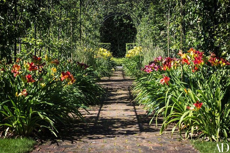 01-jardim-de-casa-bicentenaria-na-suica-ganha-curvas-modernas