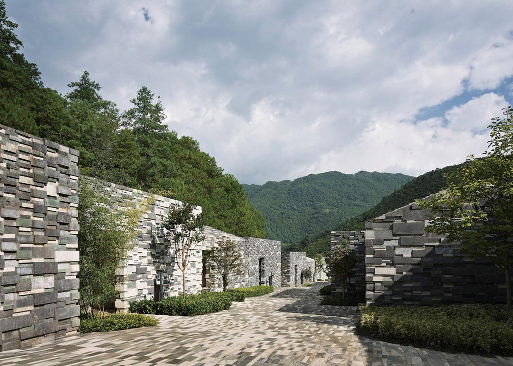 01-kengo-kuma-entrega-spa-na-china-com-fachada-de-pedra-que-parece-pixelada