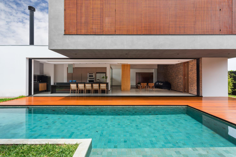 01-living-se-integra-a-piscina-e-jardim-vertical-em-casa-em-londrina