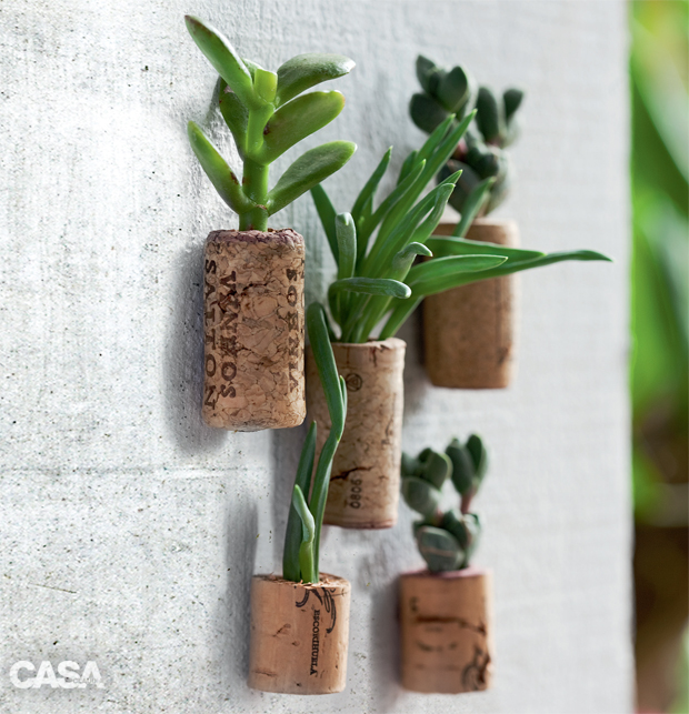 01-minijardim-vertical-com-suculentas-em-vasinhos-de-rolhas