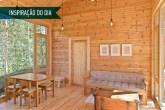 01-sala-simples-de-madeira-com-vista-para-o-lago