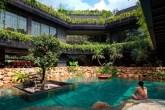 01-telhado-verde-escalonado-abraca-a-piscina-em-casa-em-cingapura