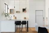 01-visita-guiada-piso-de-madeira-aquece-interiores-de-apartamento-branco