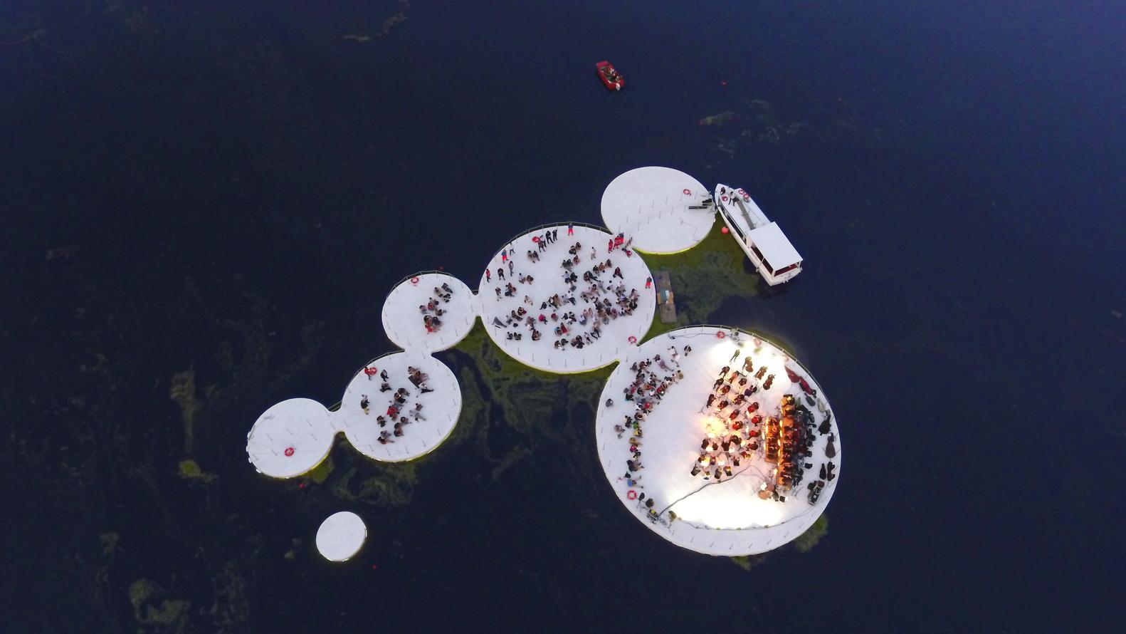01-instalacao-aquatica-praca-flutuante-italia-mantova-arcipelago-di-ocno