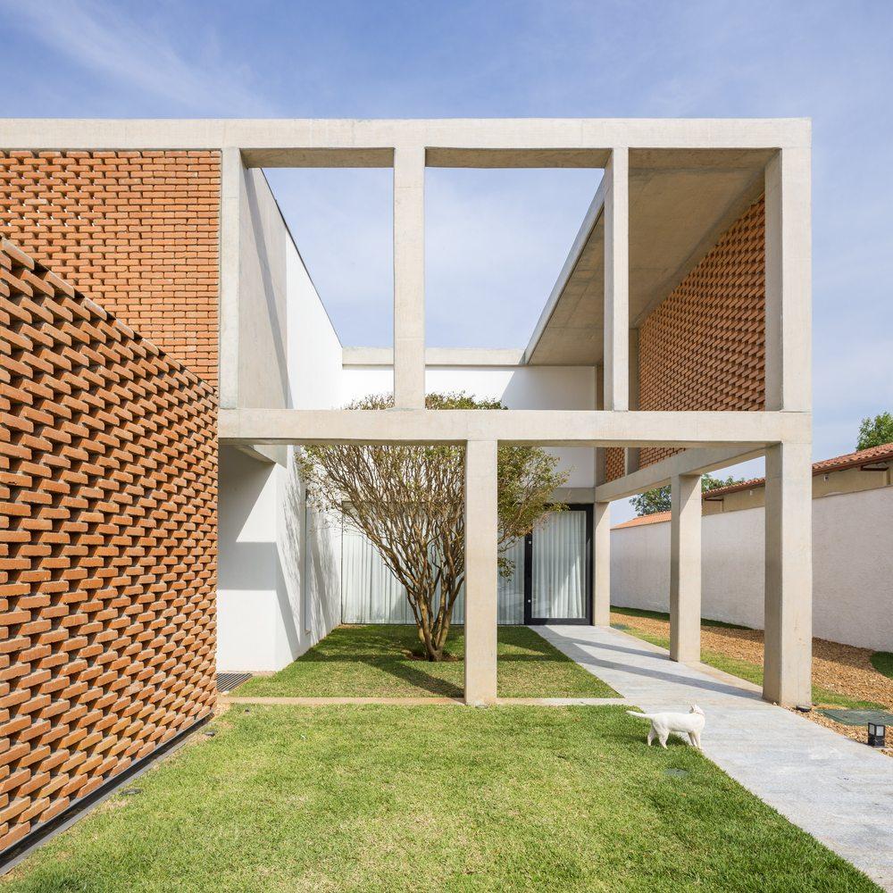 02-arquitetos-criam-grade-de-concreto-para-expandir-casa-em-brasilia