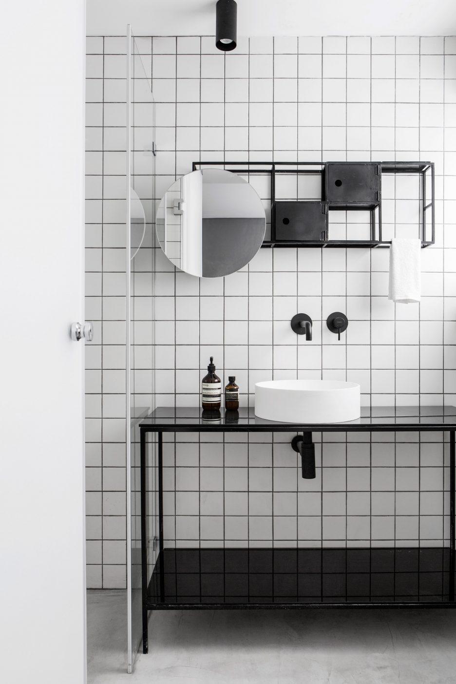 02-banheiro-preto-e-branco-com-espelheira-original