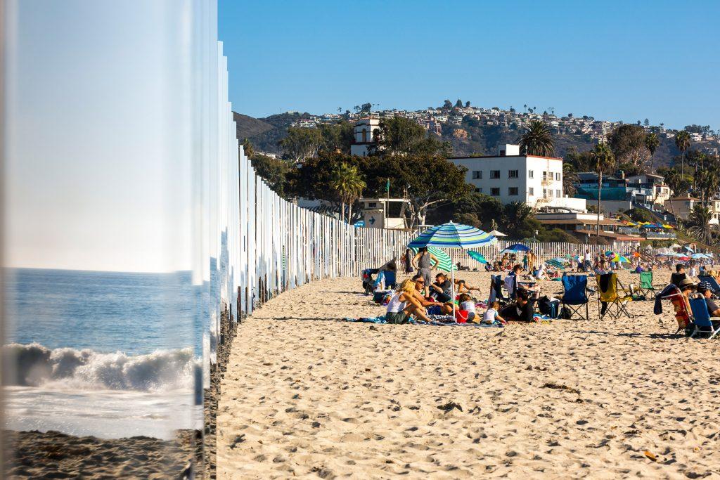 02-colunas-espelhadas-refletem-a-paisagem-da-praia-em-laguna-beach