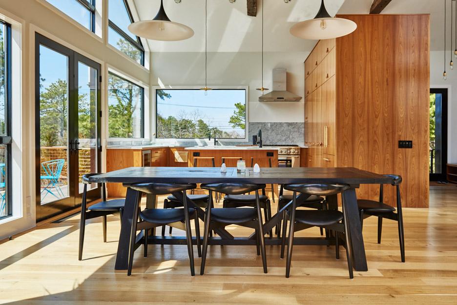 02-cozinha-com-ilha-de-madeira-e-integrada-a-sala-de-jantar
