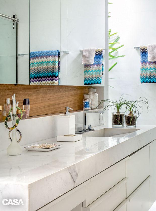 02-este-banheiro-com-acabamento-em-marmore-tem-vista-para-o-jardim