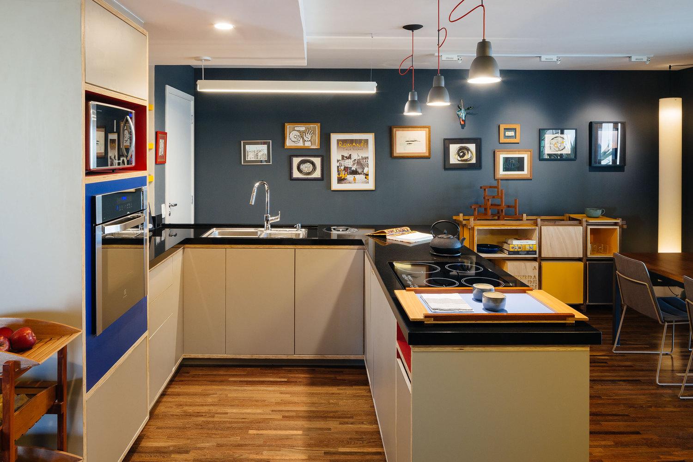 02-inspiracao-do-dia-cozinha-com-nichos-coloridos-organiza-apartamento-paulistano