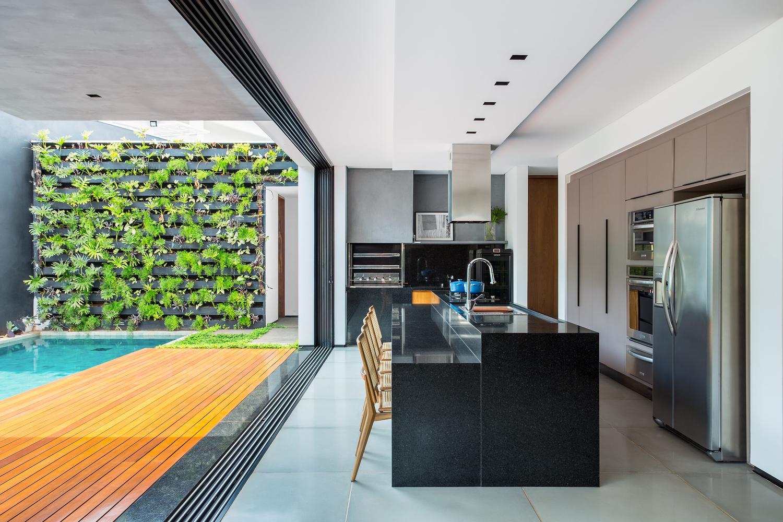 02-living-se-integra-a-piscina-e-jardim-vertical-em-casa-em-londrina