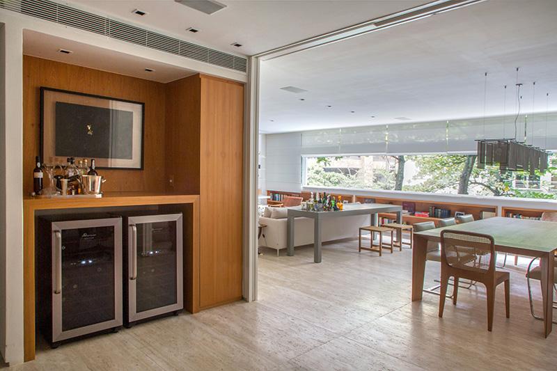 02-tons-neutros-e-pecas-de-design-compoem-o-decor-de-apartamento-no-rio