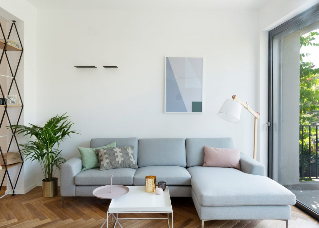 02-visita-guiada-piso-de-madeira-aquece-interiores-de-apartamento-branco