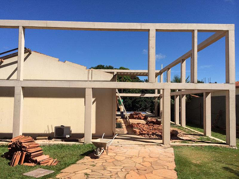 03-arquitetos-criam-grade-de-concreto-para-expandir-casa-em-brasilia