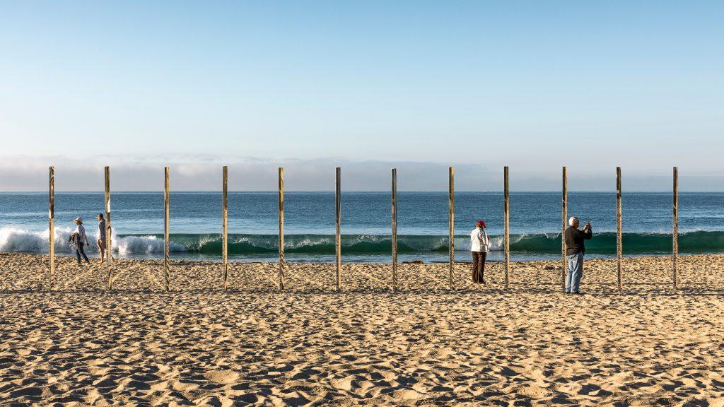03-colunas-espelhadas-refletem-a-paisagem-da-praia-em-laguna-beach