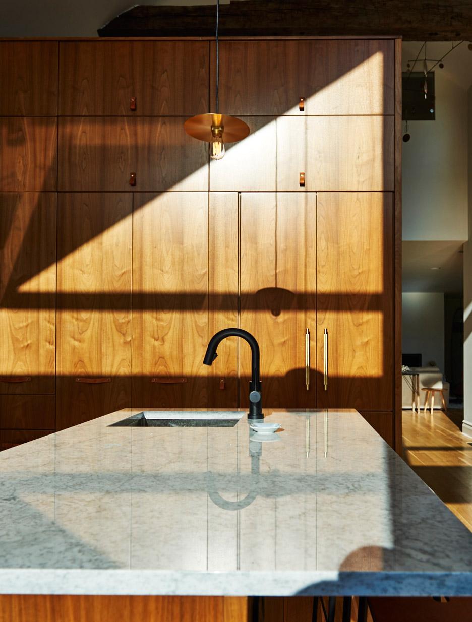 03-cozinha-com-ilha-de-madeira