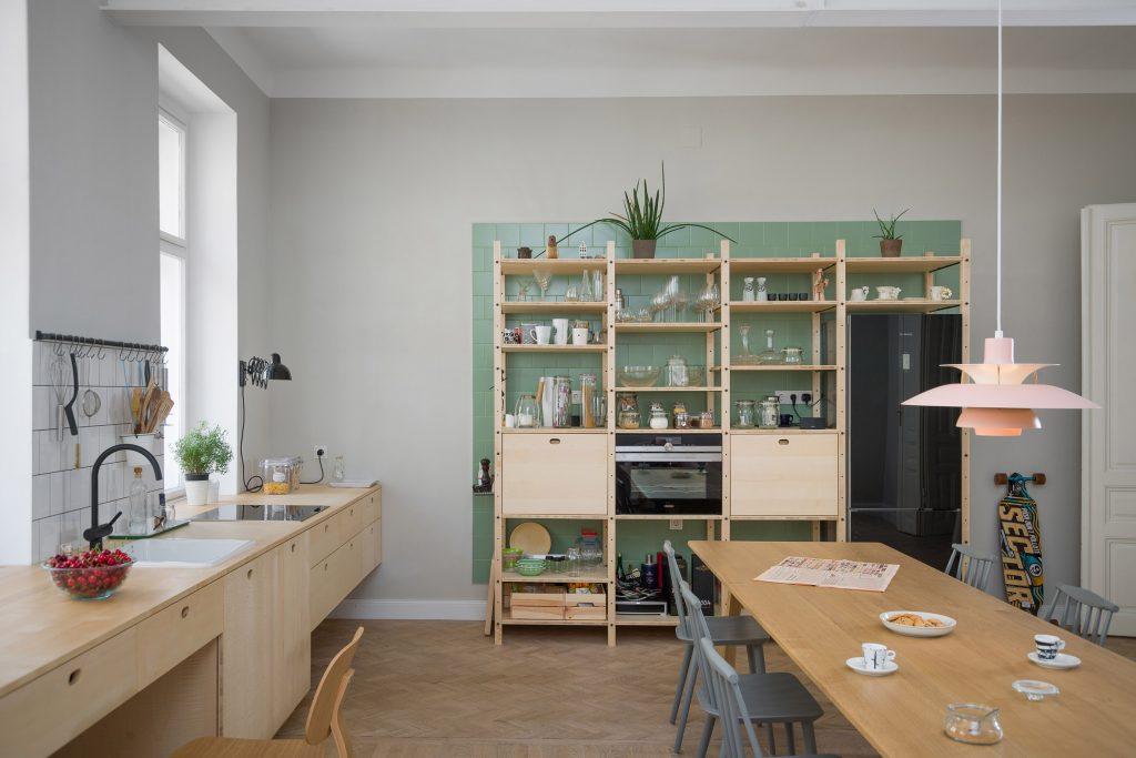 03-cozinha-e-home-office-dividem-o-mesmo-espaco-em-ape-na-austria
