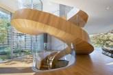 03-escada-espiral-de-madeira-faz-a-vez-da-entrada-de-casa-em-los-angeles