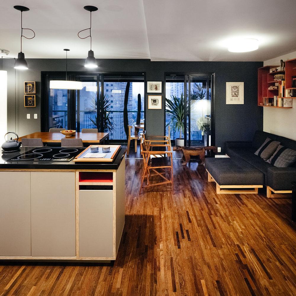 03-inspiracao-do-dia-cozinha-com-nichos-coloridos-organiza-apartamento-paulistano
