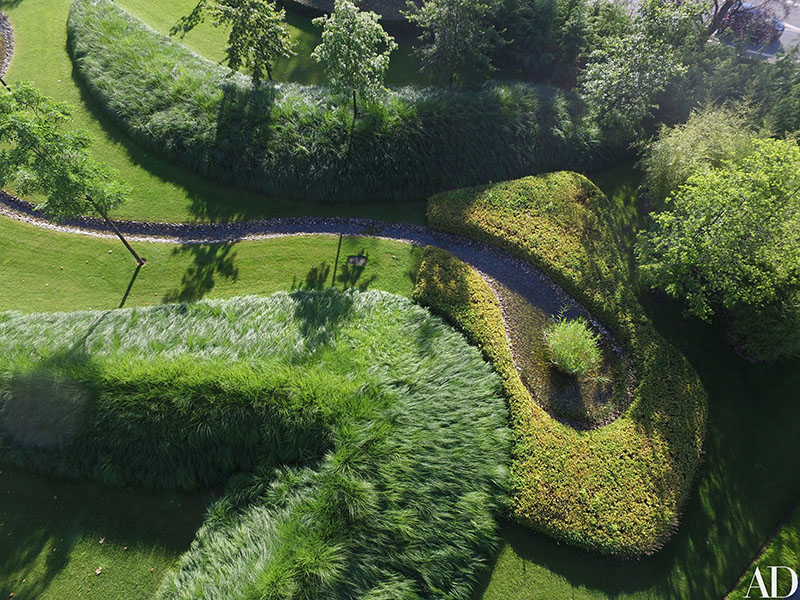 03-jardim-de-casa-bicentenaria-na-suica-ganha-curvas-modernas