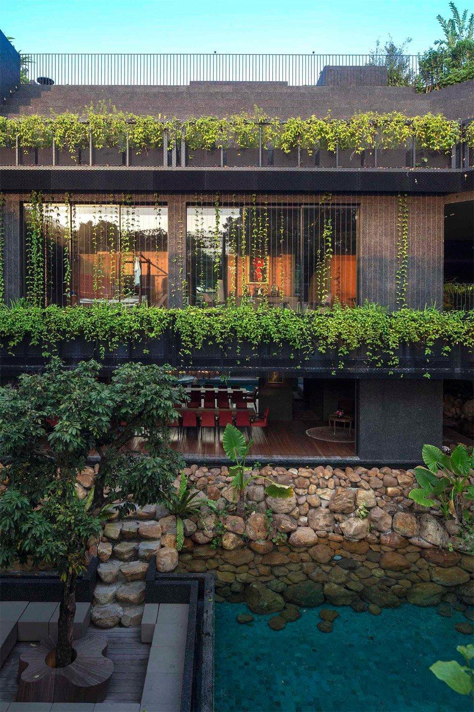 03-telhado-verde-escalonado-abraca-a-piscina-em-casa-em-cingapura