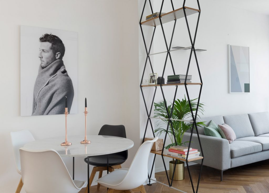 03-visita-guiada-piso-de-madeira-aquece-interiores-de-apartamento-branco