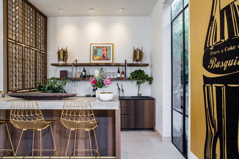 04-casa-com-decor-tropical-mistura-plantas-e-detalhes-dourados
