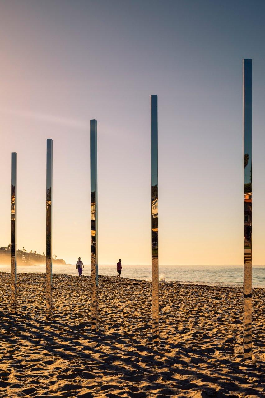 04-colunas-espelhadas-refletem-a-paisagem-da-praia-em-laguna-beach