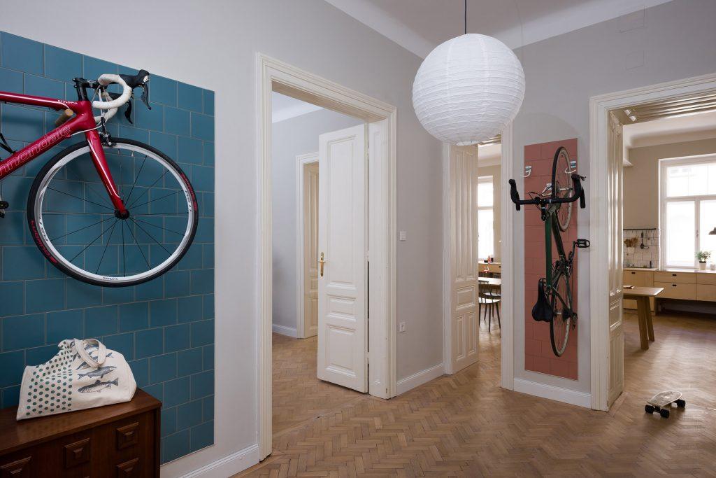 04-cozinha-e-home-office-dividem-o-mesmo-espaco-em-ape-na-austria