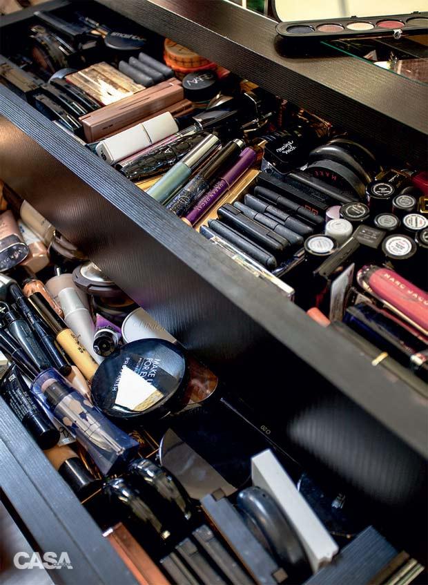 04-neste-quarto-a-penteadeira-e-perfeita-para-fazer-maquiagem