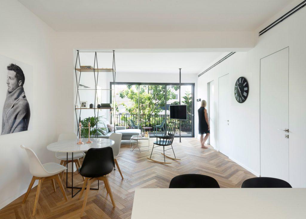 04-visita-guiada-piso-de-madeira-aquece-interiores-de-apartamento-branco