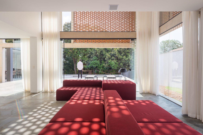 05-arquitetos-criam-grade-de-concreto-para-expandir-casa-em-brasilia