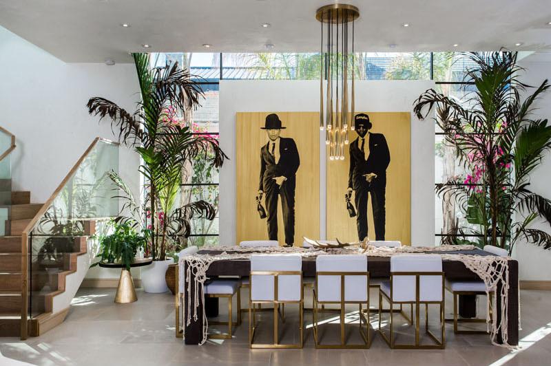 05-casa-com-decor-tropical-mistura-plantas-e-detalhes-dourados