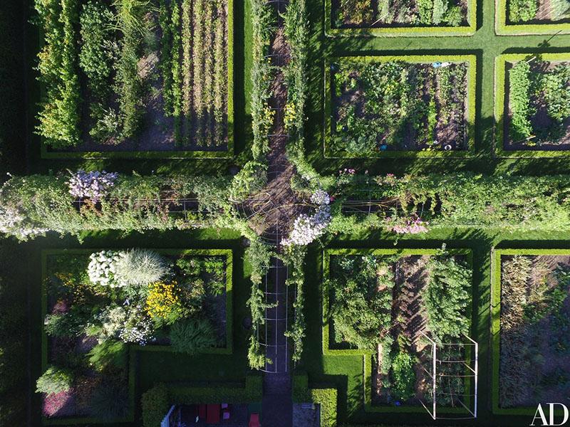 05-jardim-de-casa-bicentenaria-na-suica-ganha-curvas-modernas