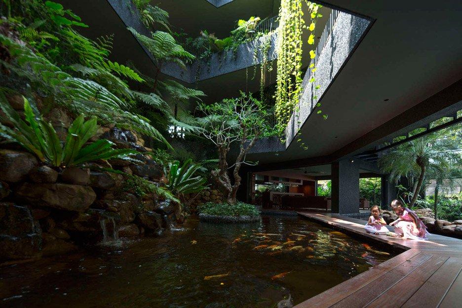 05-telhado-verde-escalonado-abraca-a-piscina-em-casa-em-cingapura