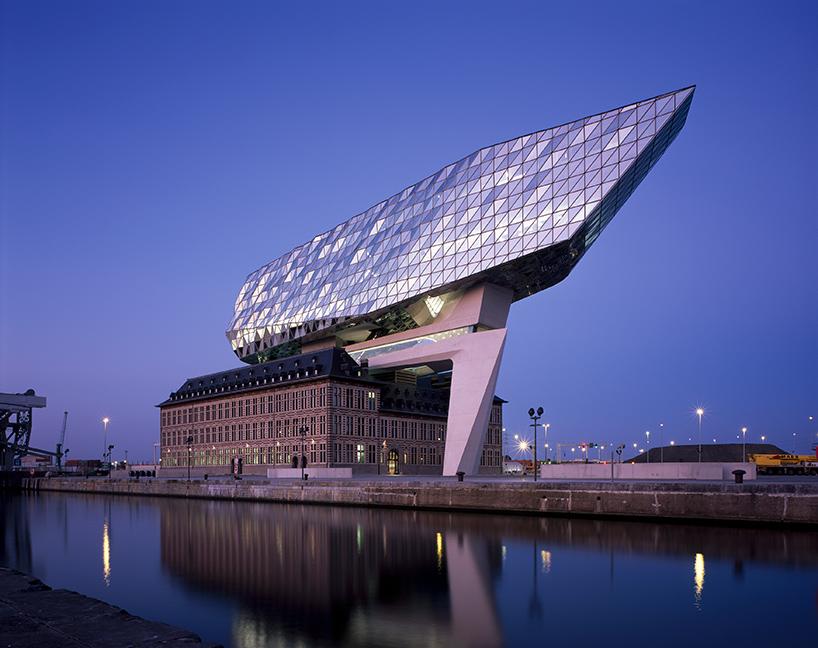 05-zaha-hadid-architects-inaugura-sede-do-porto-de-antwerp-na-belgica