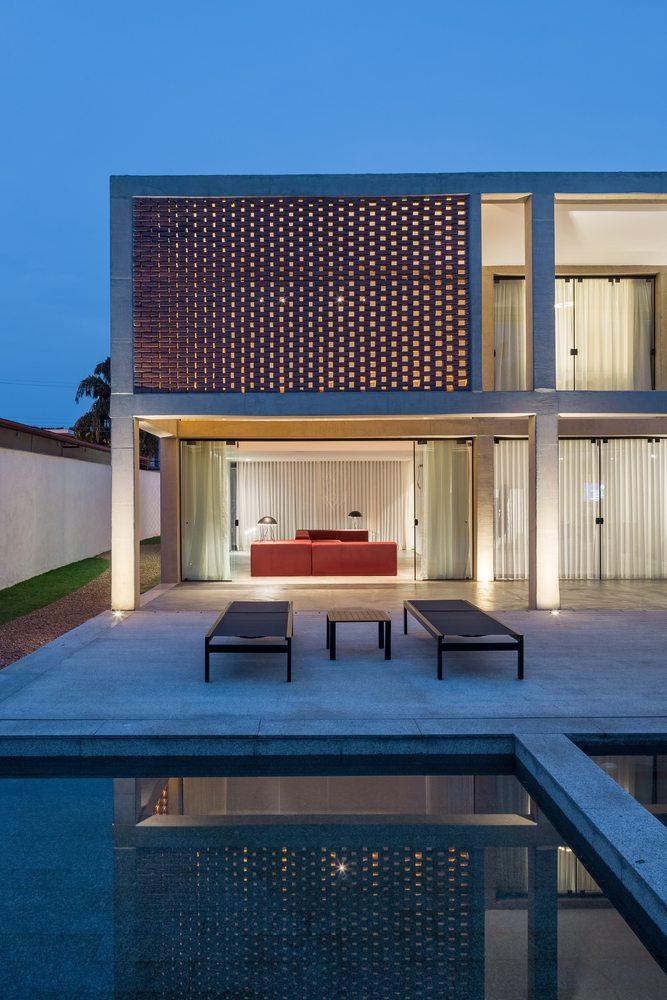 06-arquitetos-criam-grade-de-concreto-para-expandir-casa-em-brasilia