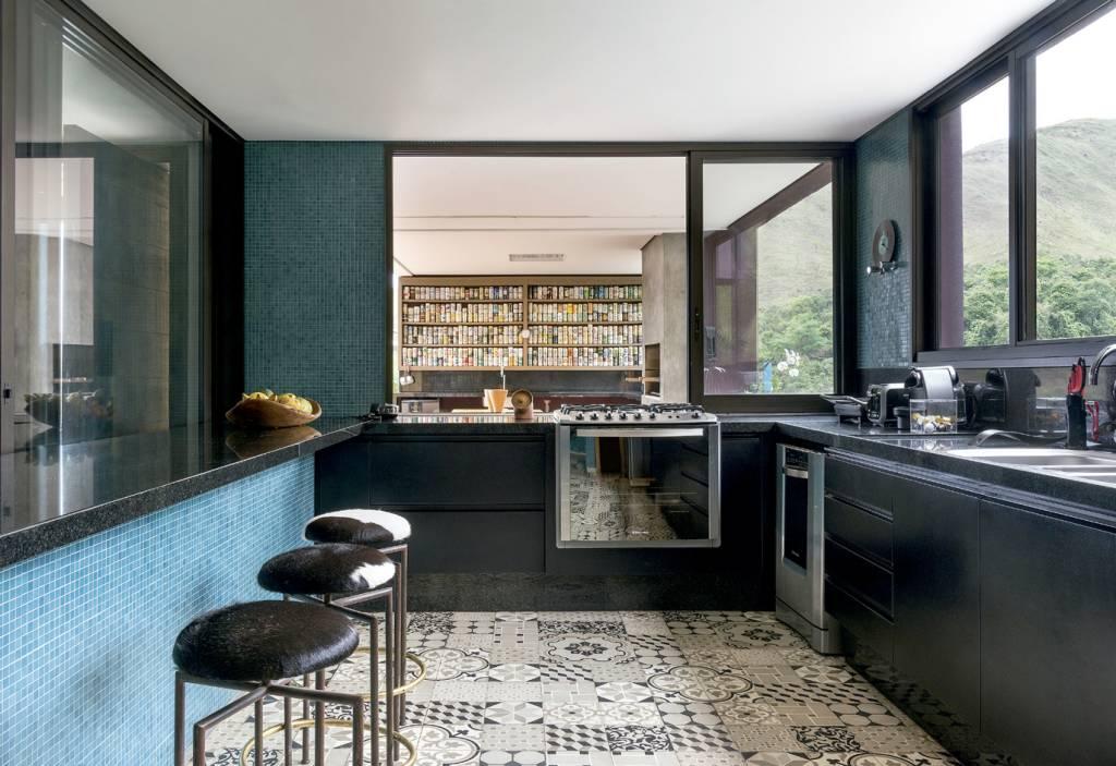 Na cozinha, piso com patchwork de ladrilhos hidráulicos (Terratile). As banquetas são de Porfírio Valladares.