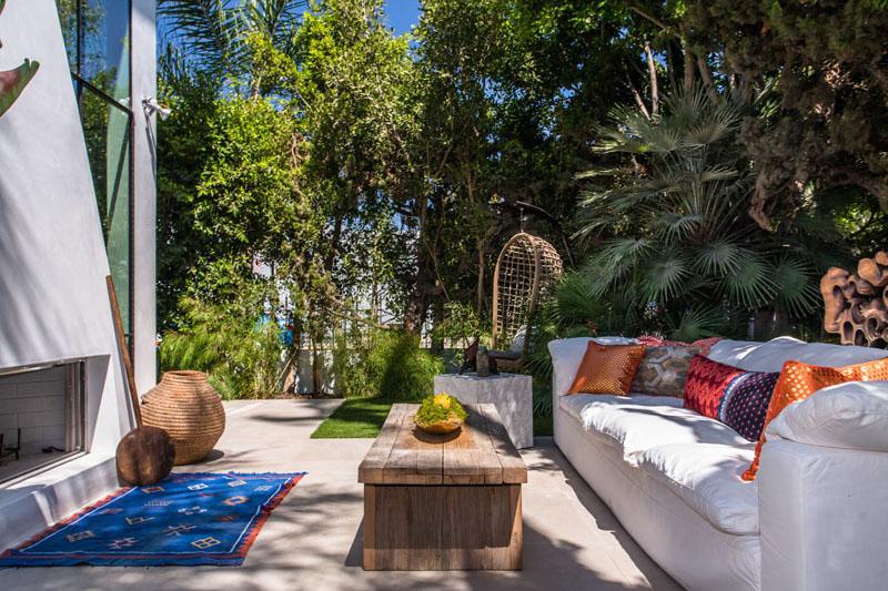 06-casa-com-decor-tropical-mistura-plantas-e-detalhes-dourados