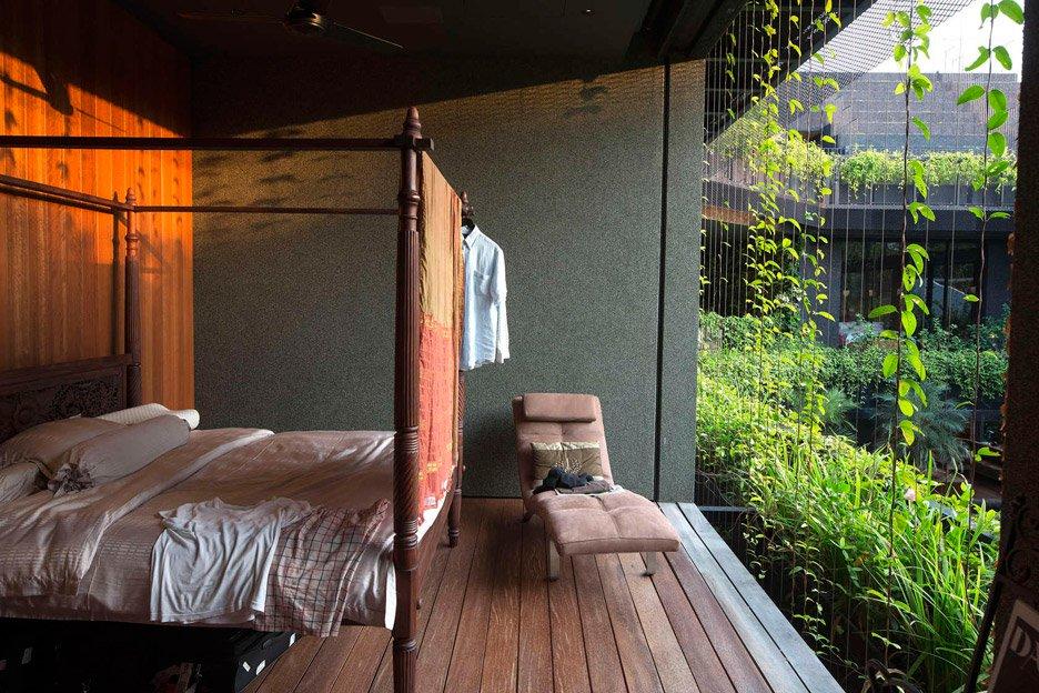 06-telhado-verde-escalonado-abraca-a-piscina-em-casa-em-cingapura