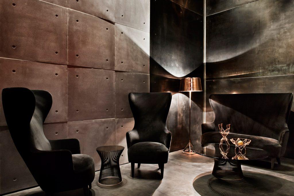 06-tom-dixon-assina-o-design-sombrio-e-teatral-do-bar-himitsu-em-atlanta