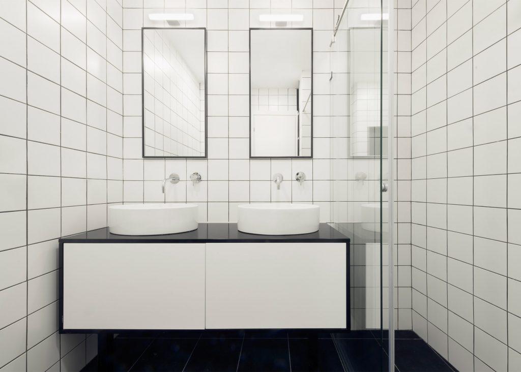 06-visita-guiada-piso-de-madeira-aquece-interiores-de-apartamento-branco