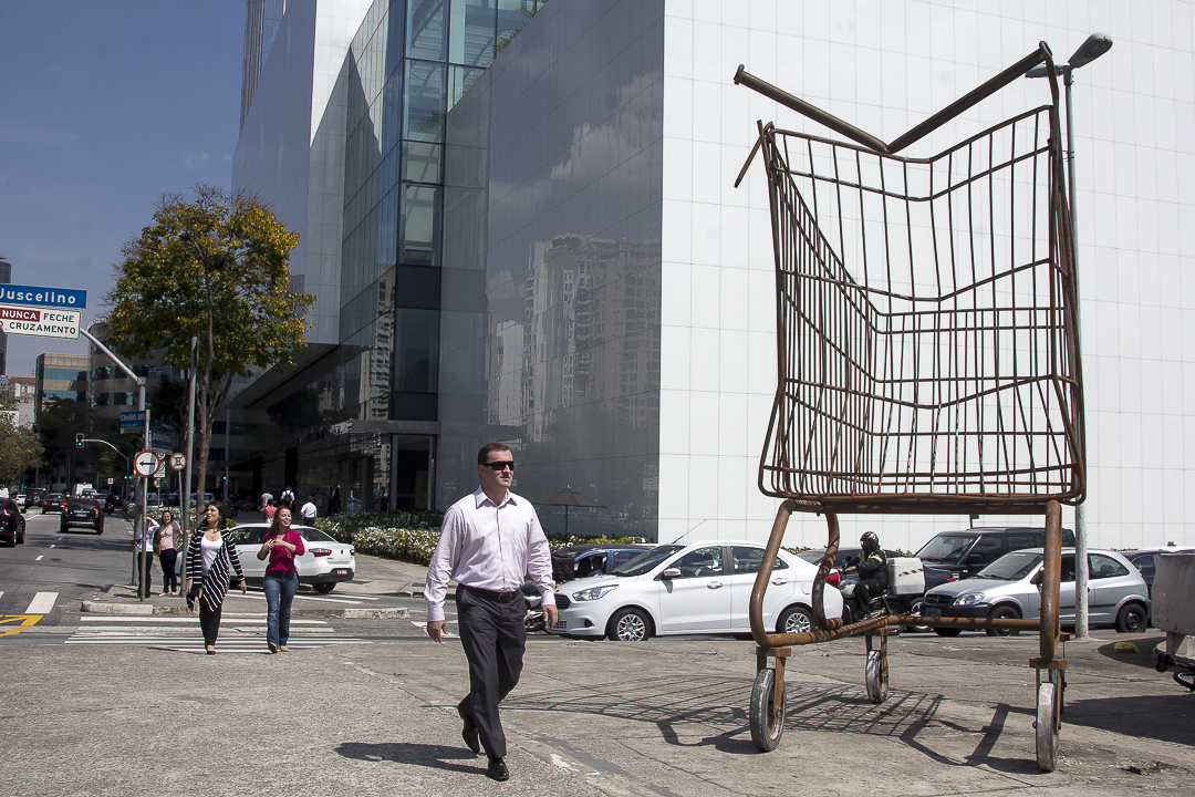 06-intervencao-carrinhos-compras-gigantes-sao-paulo-eduardo-srur