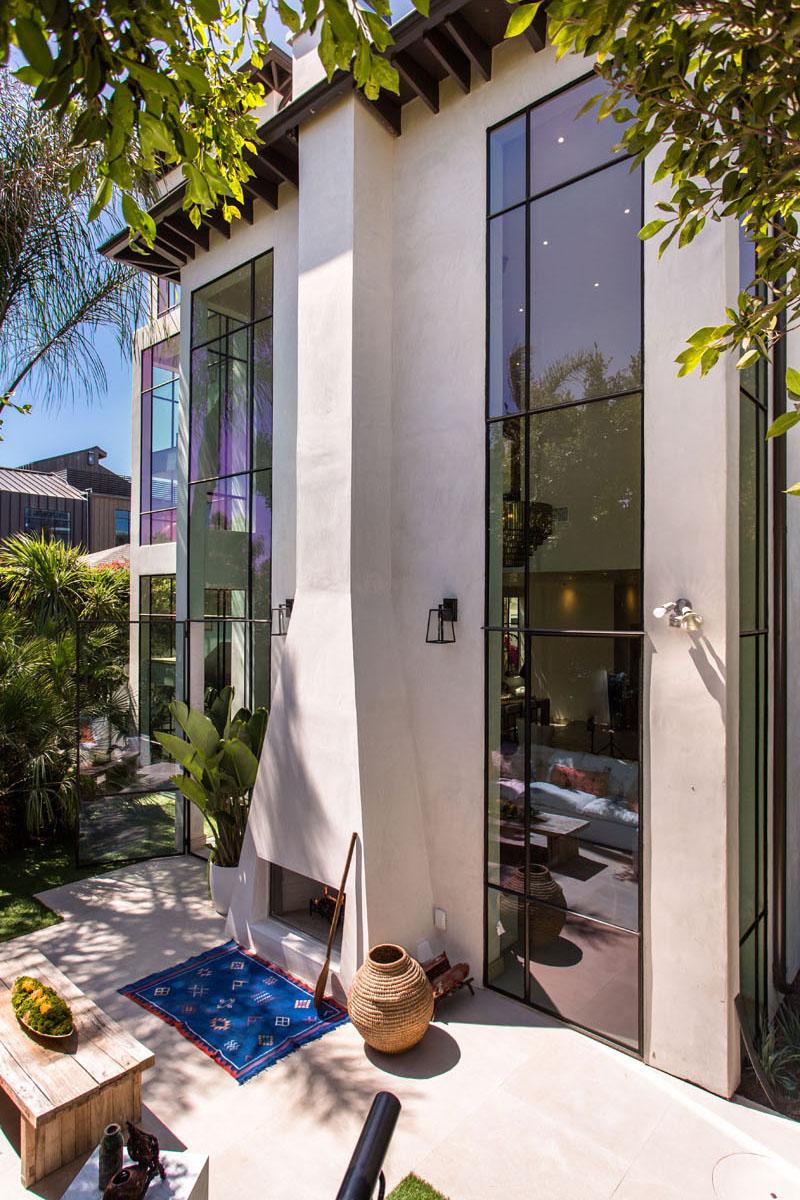 07-casa-com-decor-tropical-mistura-plantas-e-detalhes-dourados
