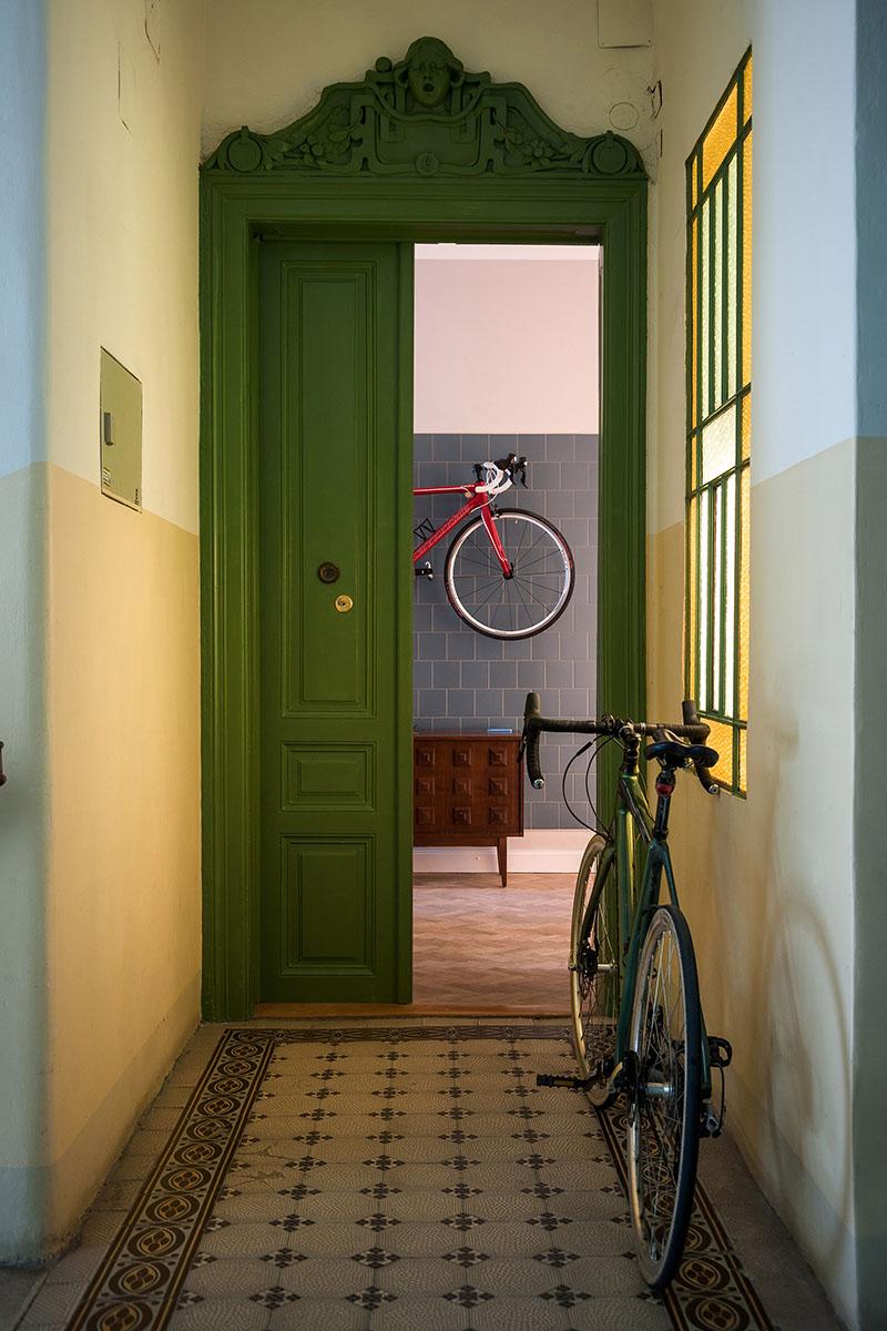 07-cozinha-e-home-office-dividem-o-mesmo-espaco-em-ape-na-austria