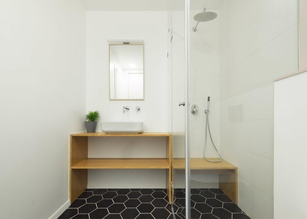 07-visita-guiada-piso-de-madeira-aquece-interiores-de-apartamento-branco